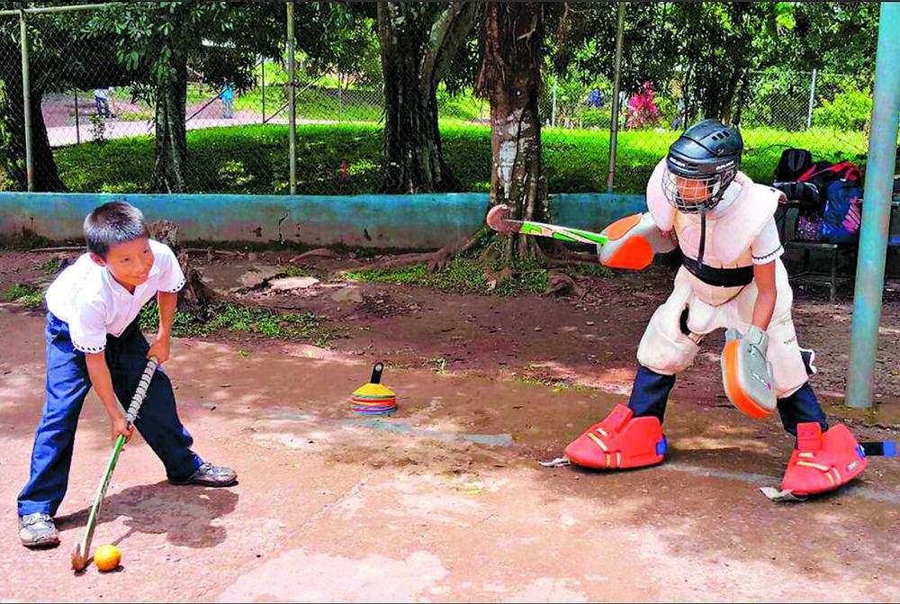 El 'hockey' es una de las disciplinas que imparte.