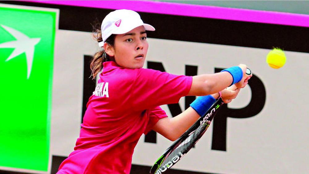 La tenista panameña Rosaline Chávez en pleno juego en la cancha del Fred Maduro. (R.I.)