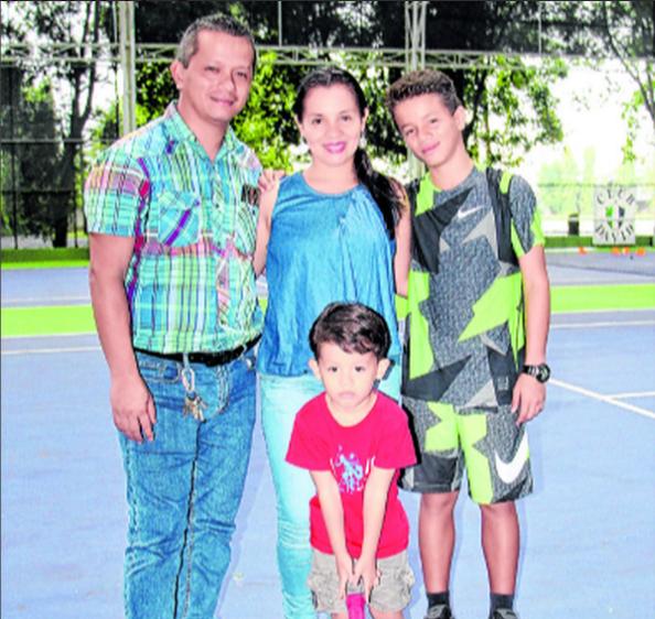 El jugador siempre recibe apoyo de sus padres en las competencias en que participa.