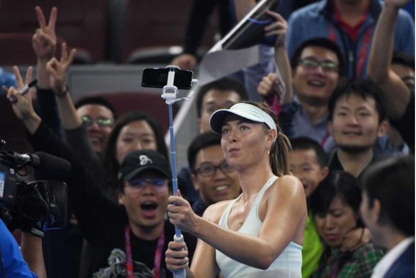 Después de su victoria, la rusa Maria Sharapova se tomó un selfi con los aficionados