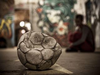 Alerta: estafadores en la cancha jugando con la pelota