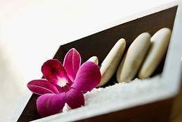 Galais et ue fleur rose disposés de manière harmonieuse - Shanti Massage