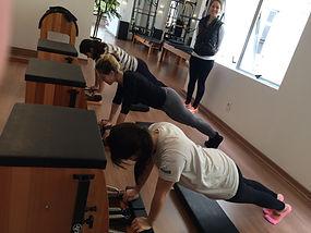 Aula de pilates em grupo