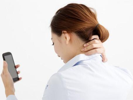 """El síndrome de """"Cuello de texto"""" (Text Neck) ¿Qué es y cómo aliviar sus molestias?"""