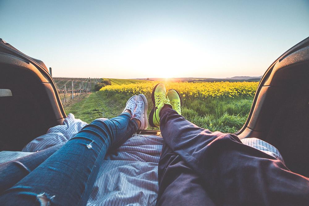 Couple tranquille sans enfants en train de chiller dans la nature en mode vanlife au soleil couchant