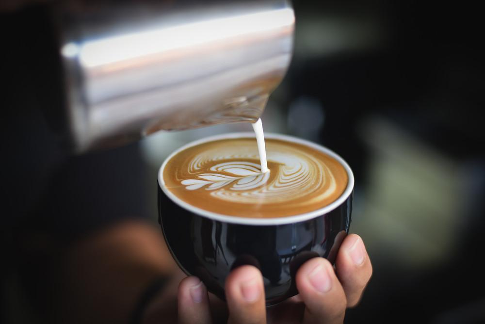 Le café réconforte dans les moments difficiles ou de fatigue, comme le montre cette tasse avec ce magnifique dessin !