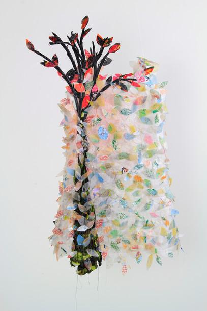 Dans la fraicheur de la Charmeraie, l'Effeuilleuse rève bourgeons, rameaux et graines.