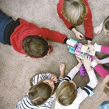 Kinder spielen Duplo