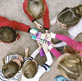 Vista superior de los niños jugando
