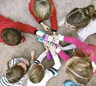 Draufsicht der Kinder spielen