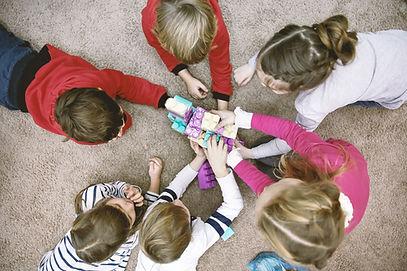 Bovenaanzicht van spelende kinderen