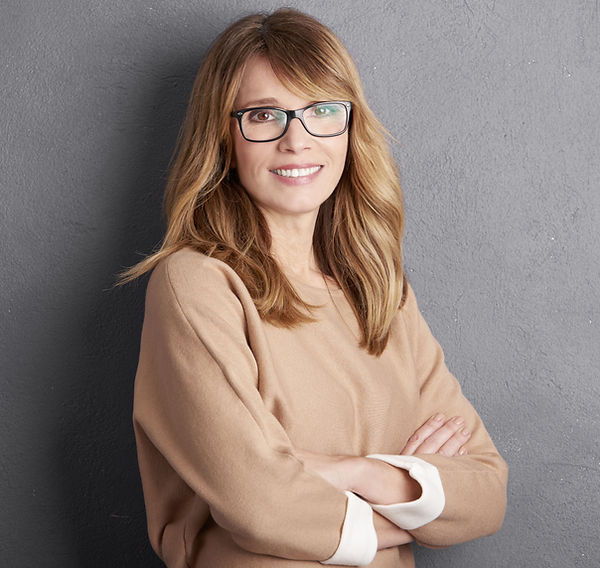 Enthousiaste femme avec des lunettes