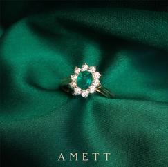 Anillo de compromiso en oro con esmeraldas y diamantes