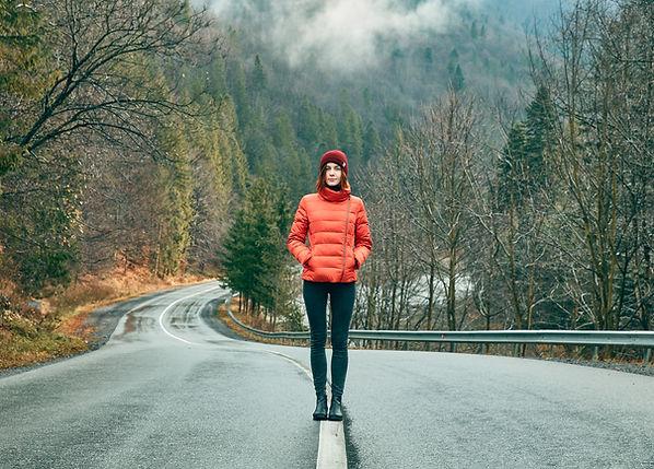 Fille marchant dans une route vide