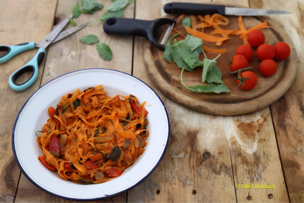 פטוצ'יני גזר ברוטב ירקות ונגיעות קייל