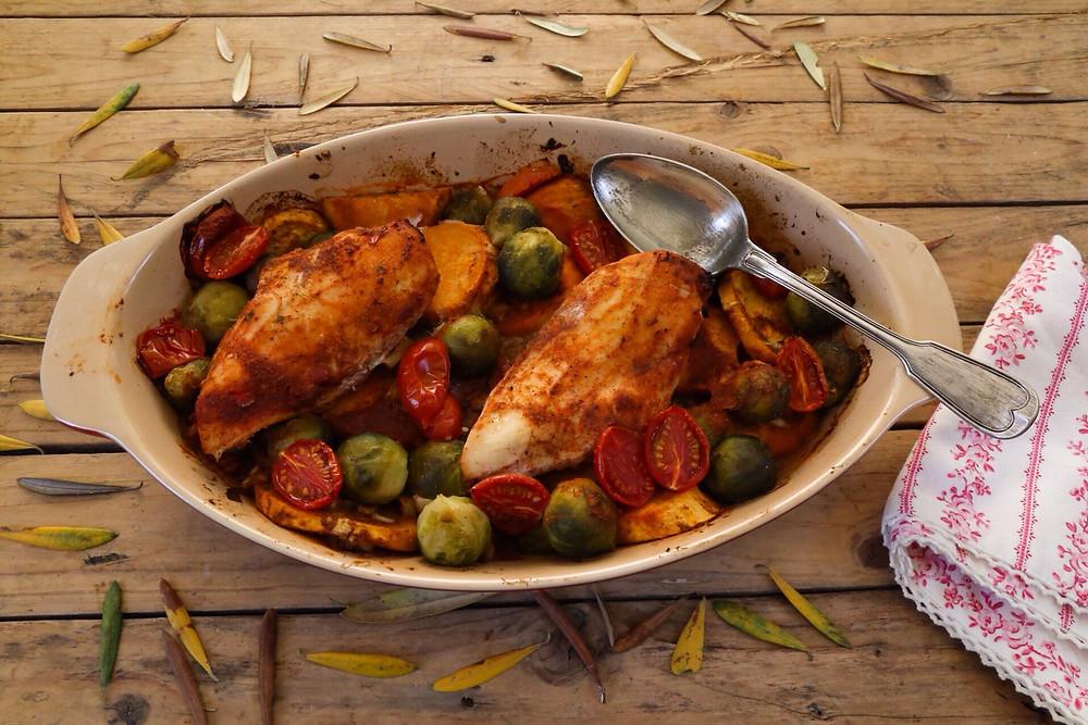 חזות עוף בתנור על מצע בטטות וכרוב ניצנים
