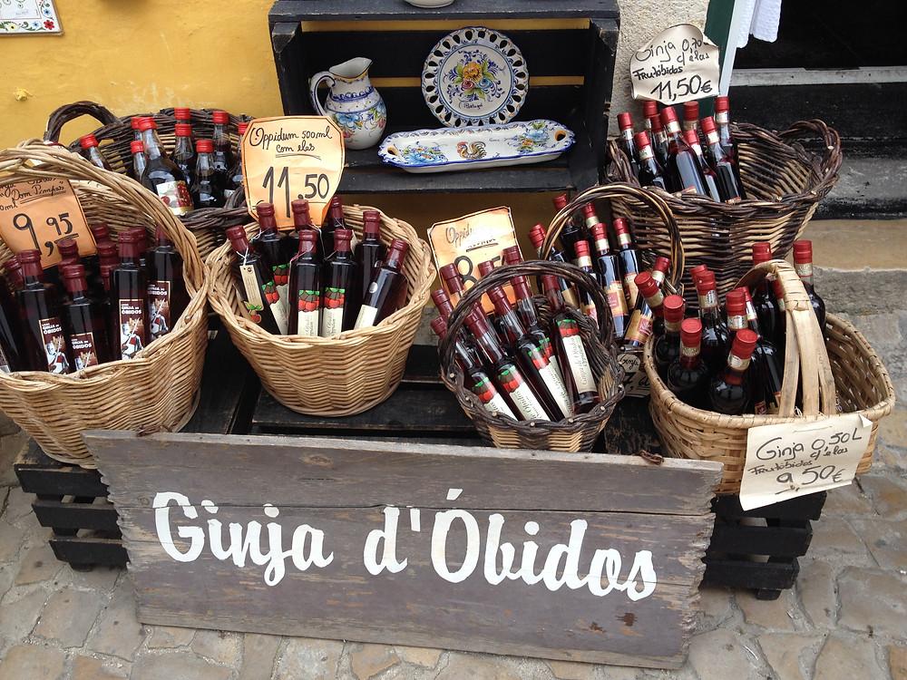 יין דובדבנים שנמכר בכוסית שוקולד וגם בבקבוק כדי לקחת הביתה