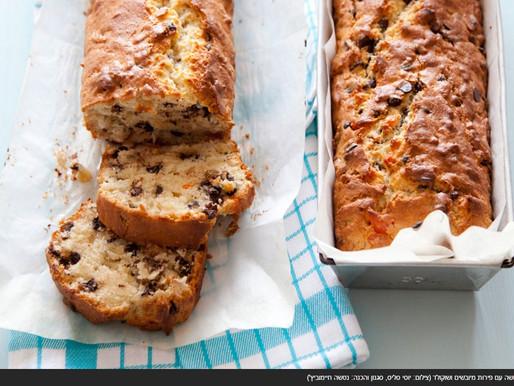 עוגה בחושה עם פירות מיובשים ושוקולד