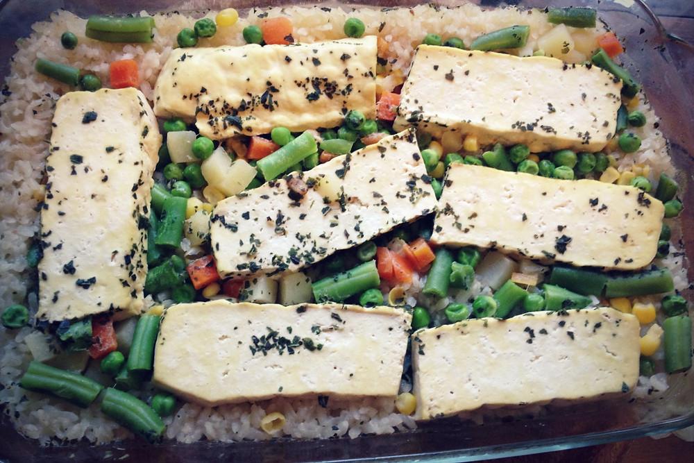 נתחי טופו על מצע ירקות ואורז בתנור