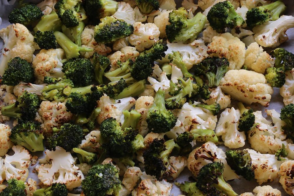 כרובית וברוקולי צלויים בתנור ברוטב חרדל ובזיליקום