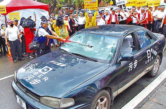 台的士業界不滿Uber搶生意,一度上街砸車抗議。