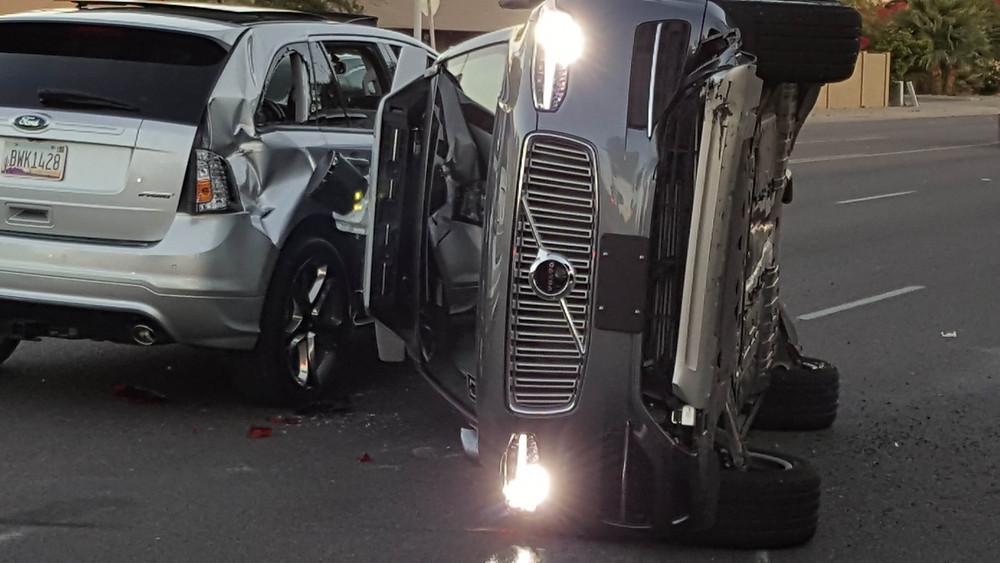 阿里桑那一架無人車裝置的Volvo SUB翻側,另一汽車則輕微破壞,車窗破爛。(路透社)