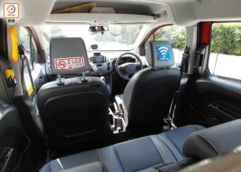 車廂內除提供WiFi及手機充電,亦有監察司機駕駛情況的系統。(何駿軒攝)