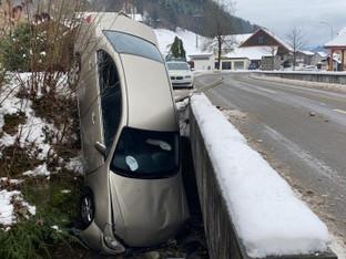 """Schlossrued: Wenn das Auto im Dorfbach """"steht"""""""