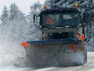 Oberwil-Lieli: 21-Jähriger Autofahrer überholte und prallte in Schneeräumungsfahrzeug