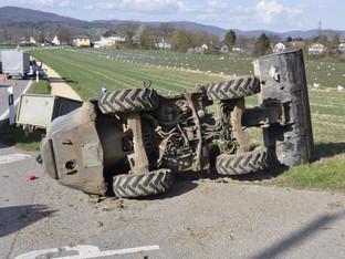 Däniken: Landwirtschaftliches Fahrzeug riss Auto die ganze rechte Seite weg