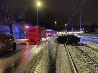 Lenzburg: Lastwagen-Anhänger katapultiert Auto auf Bahngeleise