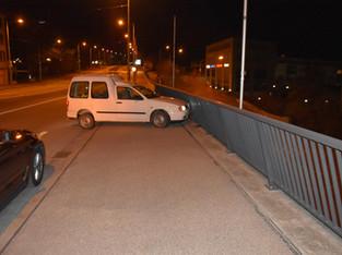 Solothurn, Bettlach: Auto geklaut, in Brückengeländer gefahren und abgehauen