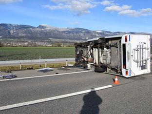 Leuzigen: Wohnmobil auf der A5 umgekippt