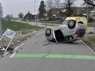 Nennigkofen: Auto in Verkehrsschild gefahren und auf Dach gekippt