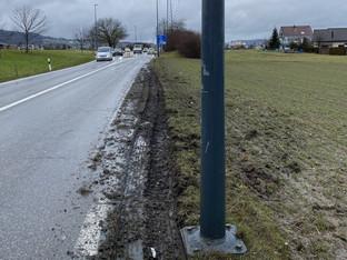 Wohlen: Lastwagen rammte Kandelaber, weil er Sattelschlepper ausweichen musste