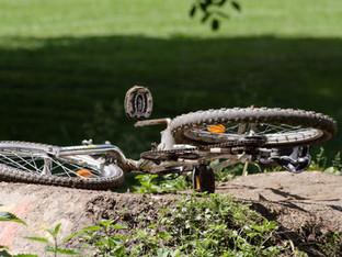Schlossrued: Auto wollte E-Bike rammen und haute ab. 14-Jährige verletzt
