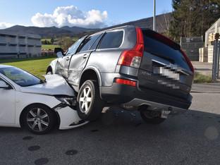 Rickenbach: Fahrzeuglenker verletzt bei seitlich-frontaler Kollision
