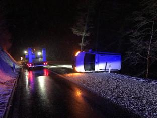 Schnottwil: Schnee, Eis und Alkohol - zwei Verletzte bei Selbstunfall