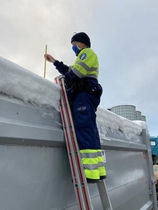 Polizei macht Jagd auf Lastwagen mit Eisplatten auf den Dächern
