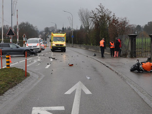 Feldbrunnen: Motorradlenker wird bei Kollision mit Auto verletzt