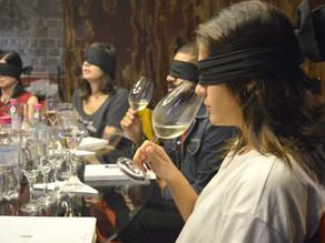 Por que degustar vinho às cegas?