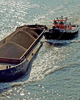 gps marine tug vincia going down the Thames