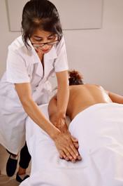 Xiao-Yun Wang pratique un massage des bras et des mains, dans le but de détendre le receveur.