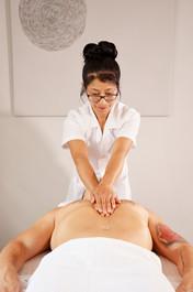 Xiao-Yun Wang pratique un massage chinois du torse et du ventre sur un homme. Elle fait glisser ses deux mains sur le torse.