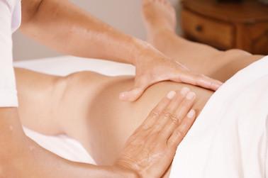 Xia-Yun Wang pratique un massage raffermissant sur la cuisse d'une jeune femme.