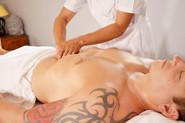 Xiao-Yun Wang pratique un massage chinois du torse et du ventre sur un homme. Elle masse délicatement l'abdomen.