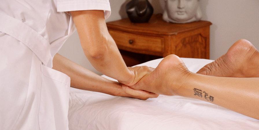 Xia Yun Wang en train de masser les pieds d'une femme