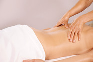 Xiao Yun wang pratique un massage chinois du dos sur une femme par pression digitale près de la colonne vertébrale