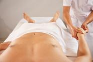 Xiao-Yun Wang pratique un massage chinois du torse et du ventre sur un homme. Elle masse les doigts.