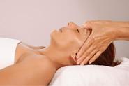 Xiao Yun Wang pratique un massage chinois de la tête sur une femme
